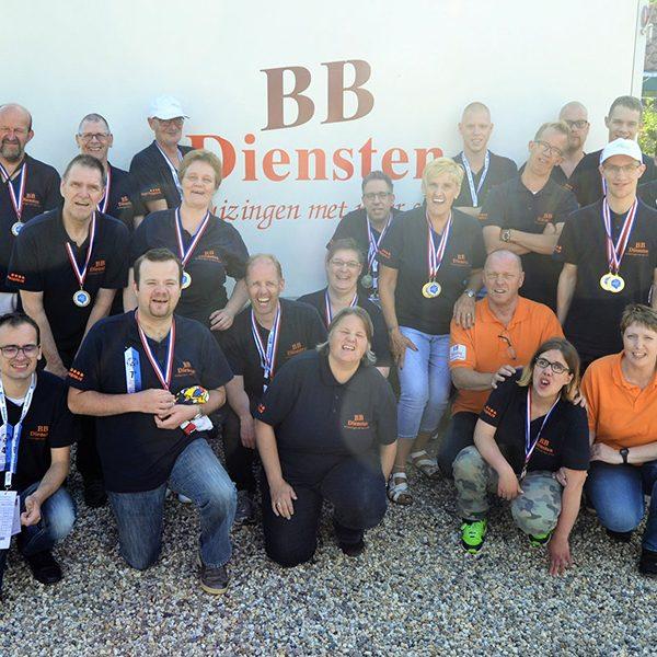 Een groepsfoto van spelers & begeleiders na afloop van de Special Olympics 2016 in 's-Heerenberg.